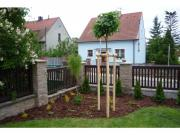 okrasný záhon v rohu zahrady